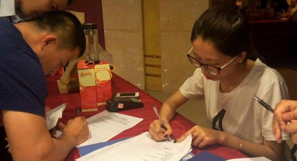客户在营销会上签单